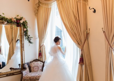 bride before wedding in suite photoshoot